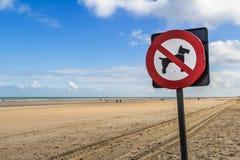 Geen honden verbiedend restrictief teken op het strand royalty-vrije stock afbeelding