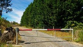 Geen ingang, een gesloten poort op een bosbouwblok stock foto
