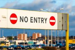 Geen ingangs verbiedend teken bij parkereningang stock fotografie