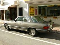 Geen Mercedes-Benz 450 SLC en Puerto Banus, España Imagen de archivo libre de regalías