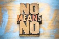 Geen middelen anti-verkrachtingsslogan in houten type stock afbeelding