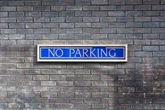 Geen parkeren dat op een muur wordt geschreven Stock Fotografie