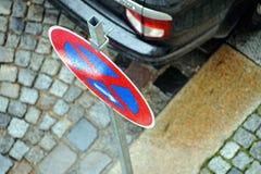 Geen parkerenteken door auto Stock Afbeeldingen