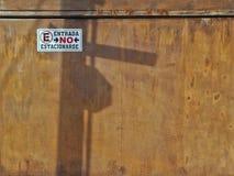 Geen parkerenteken op de roestige deur van de metaalgarage in Mexico-City, Mexico Royalty-vrije Stock Fotografie