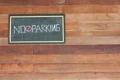 Geen parkerenteken ziet uit uit op werf op houten muur Royalty-vrije Stock Afbeeldingen