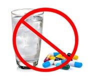 Geen pil concept-eet niet de geneeskunde met koud water stock fotografie