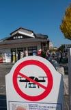 Geen raad van het de streekbericht van de hommelvlieg richtte dichtbij het kasteel van Himeji complex in Himeji, Hyogo-Prefectuur stock foto's
