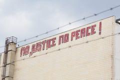 Geen rechtvaardigheid, geen vredesgraffiti bij de bouw stock afbeeldingen