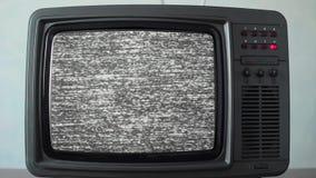 Geen signaal enkel lawaai op een kleine TV in een ruimte stock videobeelden