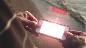 Geen signaal op futuristische smart device - technologie-concept stock videobeelden