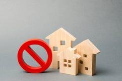 Geen Teken en blokhuis op een grijze achtergrond Ontoegankelijke en dure huisvesting Beslaglegging en het bevriezen van activa do royalty-vrije stock fotografie