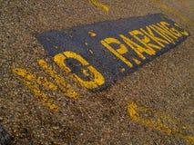 GEEN teken van het PARKEREN dat in geel op bestrating wordt geschilderd Stock Foto