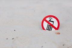 Geen telefoongesprekken ondertekenen op het strand stock afbeelding