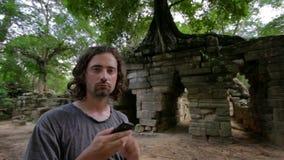 Geen telefoonverbinding in tropische wildernis stock videobeelden