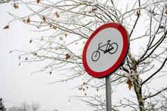 Geen toegelaten fietsen ondertekenen op ijzig die de Winterweer, met een boom in bevroren regen op de achtergrond, tijdens het se stock foto