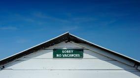 Geen vacaturesteken plaatste tegen diepe blauwe hemel Stock Foto