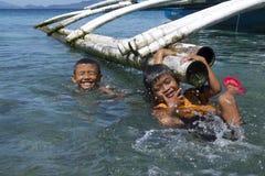 Geen videospelletjes hier Filipijnse jonge geitjes die pret hebben die in Leyte, Filippijnen, Tropisch Azië zwemmen Royalty-vrije Stock Afbeeldingen
