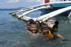 Geen videospelletjes hier Filipijnse jonge geitjes die pret hebben die in Leyte, Filippijnen, Tropisch Azië zwemmen Royalty-vrije Stock Foto