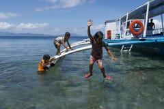 Geen videospelletjes hier Filipijnse jonge geitjes die pret het springen van een boot in Leyte, Filippijnen, Tropisch Azië hebben Stock Foto