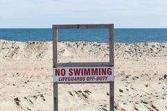 Geen zwemmend teken op strand Stock Afbeeldingen