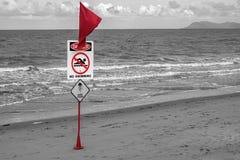 Geen zwemmende Gevaars rode vlag op het strand royalty-vrije stock foto