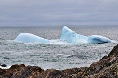 Geerdeter Eisberg durch eine Küstenlinie Lizenzfreies Stockfoto