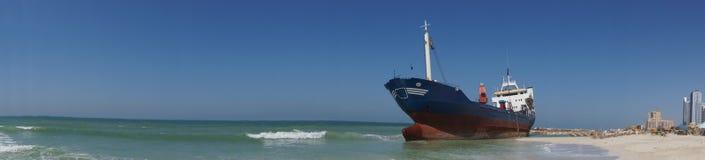 Geerdetes Frachtschiff-Panorama Stockfoto