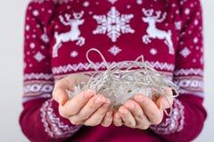 Geerntet nah herauf Fotoporträt von den Händen, die verwirrtes christm halten stockfotos