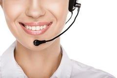 Geerntete Ansicht des lächelnden weiblichen Call-Center-Betreibers mit Kopfhörer lizenzfreie stockfotos