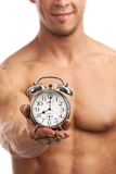Geerntete Ansicht eines muskulösen jungen Mannes, der Uhr hält Lizenzfreie Stockfotos
