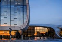 Geerntete Ansicht von Heydar Aliyev Center in Baku Stockbilder