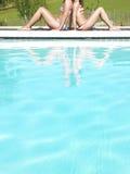 Geerntete Ansicht von zwei Frauen durch Pool Lizenzfreies Stockbild