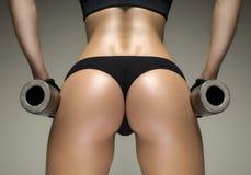 Geerntete Atelieraufnahme eines erstaunlichen heißen sportlichen Körpers einer Eignungsfrau Stockfotografie
