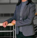 Geerntete Hauptgeschäftsfrau in der Unternehmenskleidung stockfotografie