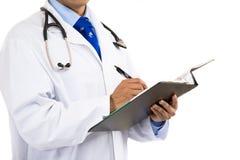 Geernteter Doktor mit medizinischem Diagramm stockfoto