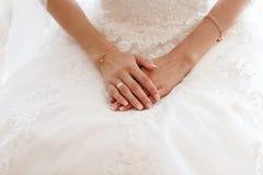 Geernteter Fotoabschluß herauf die Braut, die auf einem Stuhl in einem vernetzten weißen Hausmantel sitzt Morgen der Braut lizenzfreies stockbild