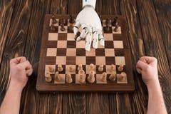 geernteter Schuss des Roboters Schach mit Menschen spielend lizenzfreies stockfoto