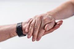 geernteter Schuss des Therapeuthändchenhaltens des älteren Mannes und der Rehabilitation lizenzfreie stockfotos