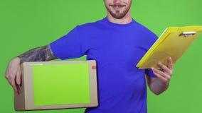 Geernteter Schuss eines Lieferboteen, der copyspace Pappschachtel und Klemmbrett hält stock video footage