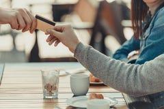 geernteter Schuss von den Paaren, die mit Kreditkarte zahlen lizenzfreies stockbild