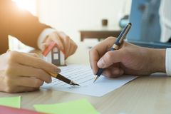 Geerntetes Bild der Immobilienagentur Kunden unterstützend, um Inh. zu unterzeichnen lizenzfreie stockfotografie
