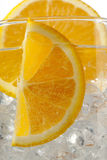 Geerntetes Bild der orange Scheiben mit Eiswürfeln. Stockbild