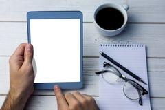 Geerntetes Bild der Person, die Tablet-Computer verwendet Stockfotos