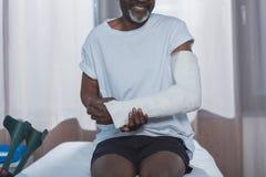 Geerntetes Bild des Afroamerikanerpatienten mit dem gebrochenen Arm lizenzfreies stockbild