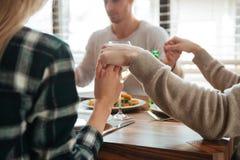 Geerntetes Bild des Leutehändchenhaltens und -c$betens stockfotografie