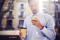 Geerntetes Bild des männlichen Blogger neue Reiseerzählung auf eigene Internet-Website schreibend Stockfoto