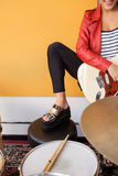 Geerntetes Bild des weiblichen Gitarristen Performing Lizenzfreie Stockfotografie