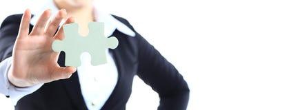 Geerntetes Bild einer Frau in einer Anzugholding Lizenzfreies Stockfoto