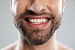 Geerntetes Bild eines Lachens bemannt Gesicht Stockfoto