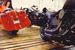 Geerntetes Bild eines neuen Motorrades im Speicher Motorräder und Zubehör in einem modernen Motorradspeicher bicker lizenzfreie stockbilder
